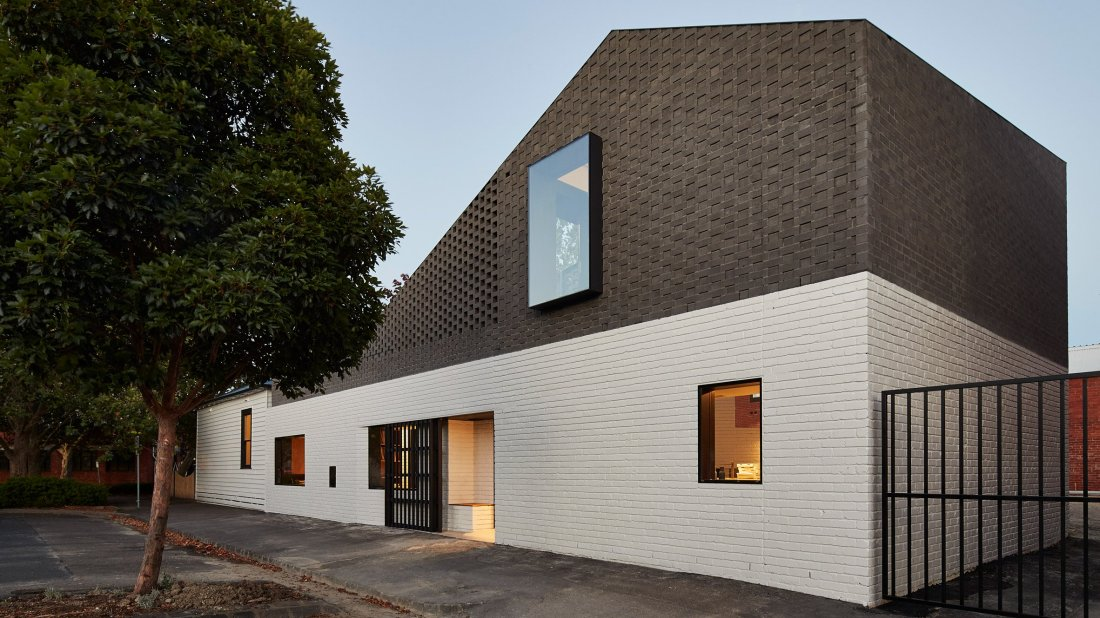 perimeter-house-make-architecture-residential-houses-australia-_dezeen_hero